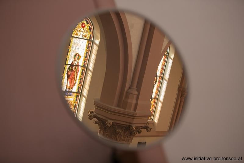 Der Spiegel hilft den Organisten, das Geschehen im Altarraum zu verfolgen. (Foto: Fröschl)