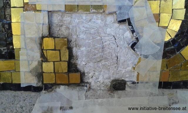 Fehlstellenergänzung: Die vergoldeten Mosaiksteine wurden einzeln in die entsprechende Größe gebracht. Durch die Verwendung unterschiedlicher Goldfarbtöne konnte in den Ergänzungen das lebendige Erscheinungsbild des Originalbestandes wiederhergestellt werden. Die Goldmosaiksteine bestehen aus gefärbtem Glas mit einer Blattgoldauflage, die nochmals mit einer dünnen Glasschicht belegt ist. (Foto: Merényi)