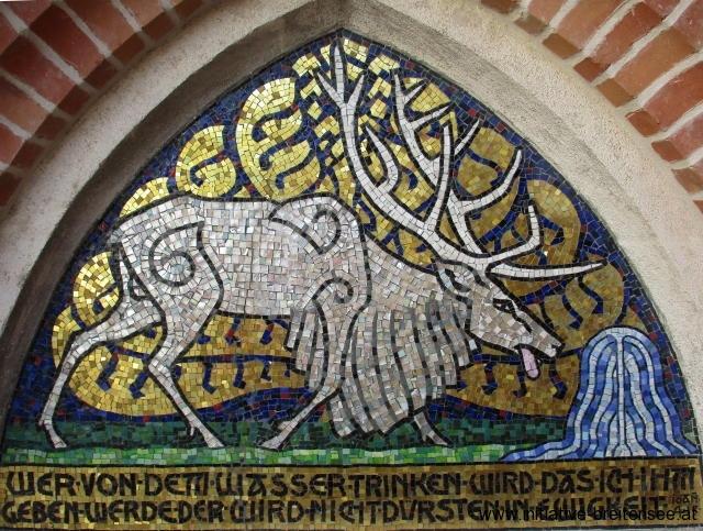 Der Mosaikentwurf stammt vom Maler, Grafiker und Bühnenbildner Alfred Roller, Gründungsmitglied der Secession. Es handelt sich dabei um Ölgemälde mit applizierten Metallpapieren zur Imitation von Mosaiksteinen. Das Hirschmotiv wurde an den beiden Turmanbauten jeweils seitenverkehrt und mit unterschiedlichen Schrifttexten ausgeführt. Die Umsetzung der Entwürfe als Mosaik erfolgte erst 1904. Sie wurden in den Werkstätten der von Albert Neuhauser gegründeten Tiroler Glasmalerei- und Mosaikanstalt in Innsbruck ausgeführt. (Foto: Baier)