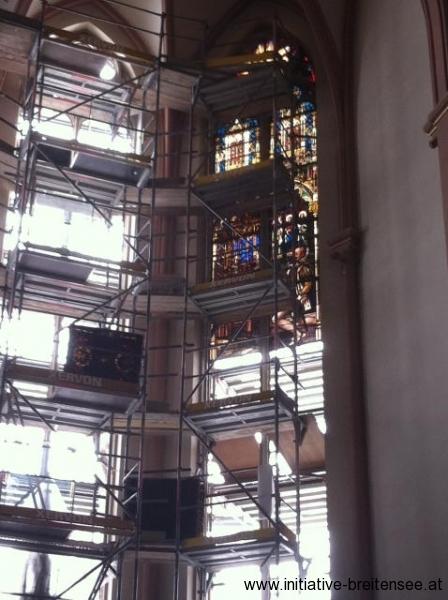 Die Glasfenster werden ausgebaut und für die Renovierung nach Paderborn (Nordrhein-Westfalen) gebracht. (Foto: Baier)