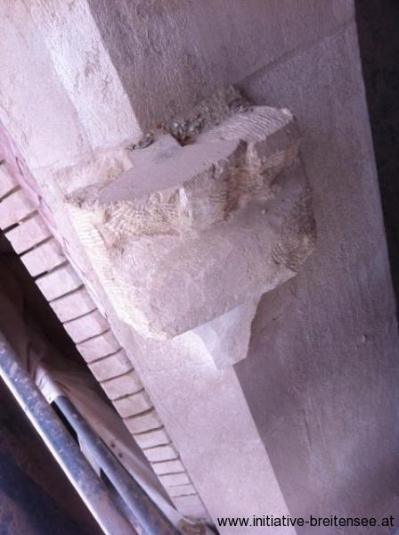 Die Krabben über dem Haupteingang werden erst später durch den Bildhauer vor Ort bearbeitet. (Foto: Baier)