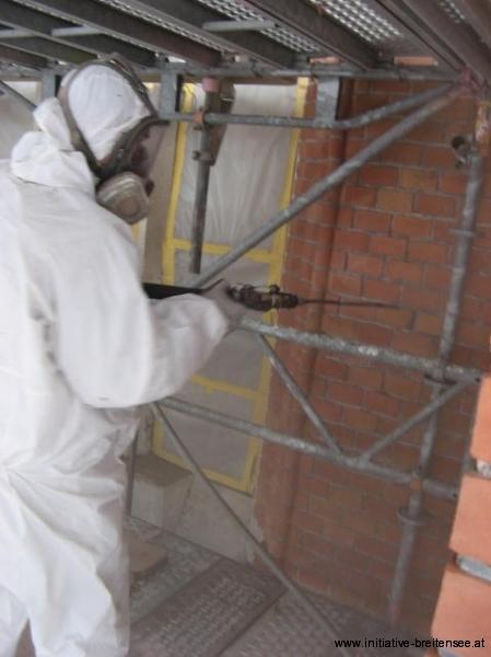 Die mechanische Reinigung erfolgte mittels Niederdruckstrahlgerät unter größtmöglicher Schonung der bestehenden Oberflächen - des Sichtziegelmauerwerks wie auch des Natursteins. Als Strahlgut wurde Aluminiumsilikat verwendet. (Foto: Baier)
