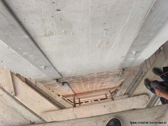 Stahlbänder sichern die Turmspitze. (Foto: Baier)
