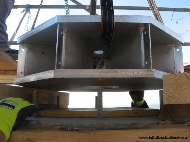 Zuerst wird die Stahlplatte auf die Betonspitze gehoben: Millimeterarbeit im wahrsten Sinne des Wortes! (Foto: Baier)
