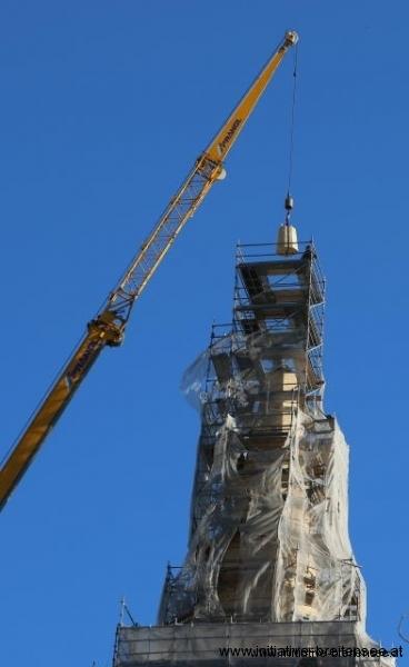 Der aus drei Teilen bestehende Schaft der Kreuzrose wird auf die Stahlplatte gesetzt. (Foto: Fröschl)