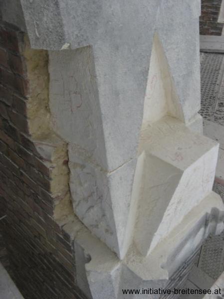 Ausgebaute Natursteinteile bei den Strebepfeilern (Foto: Baier)