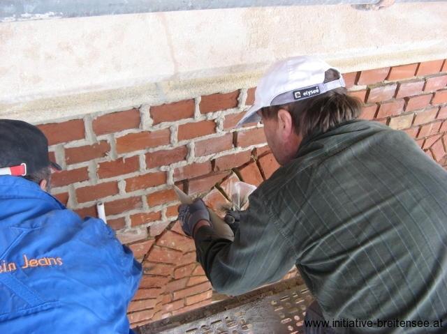 Einbringen des Fugenmaterials (Foto: Baier)