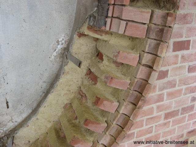 Viele der Ziegel mit Sonderformen im Bereich der Turmuhr wiesen Schäden auf und mussten ausgetauscht werden. (Foto: Baier)