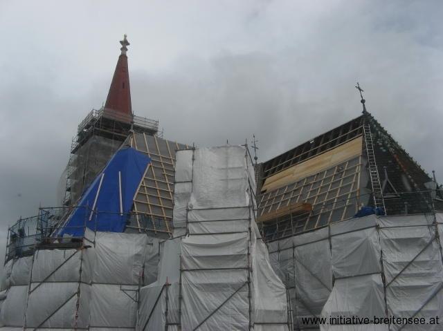 Die Dacharbeiten werden an der Apsis begonnen. (Foto: Baier)