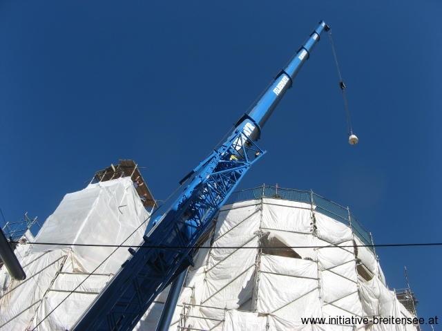 Dabei wurde auch die neu angefertigten Teile der Turmspitze auf den südlichen Stiegenhausturm gehoben. (Foto: Baier)