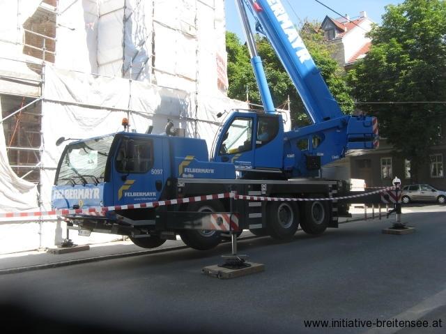Die Montage der restaurierten Firstreiter und Apsiskreuze erfolgte im Juni 2017 mit einem 60-Tonnen-Mobilkran (Foto: Baier)