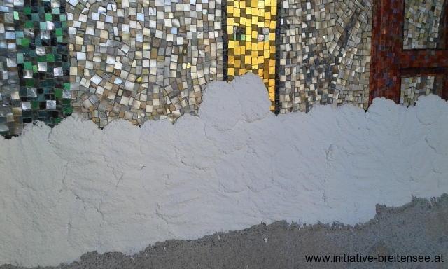 Entsalzungs- bzw. Reinigungskompressen am unteren Rand des Laurentius-Mosaiks (Foto: Merényi)