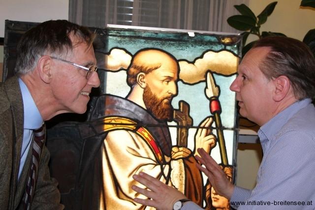 Christoph Sander im Gespräch mit Dr. Stefan Malfèr, der den Glasfensterzyklus 2011 erstmals wissenschaftlich aufgearbeitet hat. (Foto: Naber)