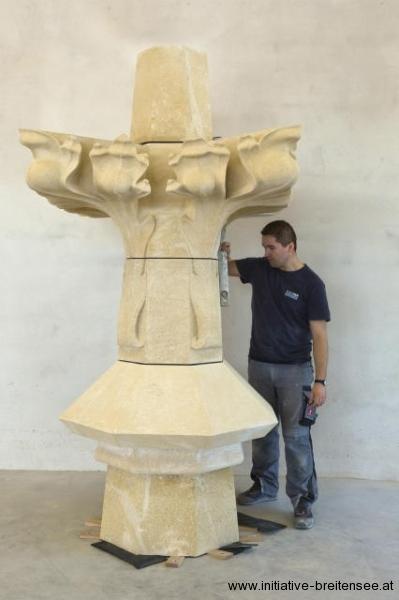 Die neu angefertigte Sandsteinspitze noch vor der Montage in der Werkstatt. (Foto: Ecker)