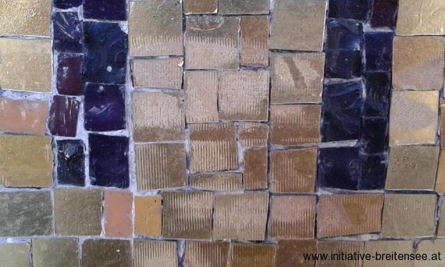 Schmutzauflagen im Goldmosaik, die zum Erblinden des Mosaiks führten, konnten mit Skalpell und Radiergummis entfernt werden, sodass der natürliche Glanz wieder zum Vorschein kam. (Foto: Merényi)