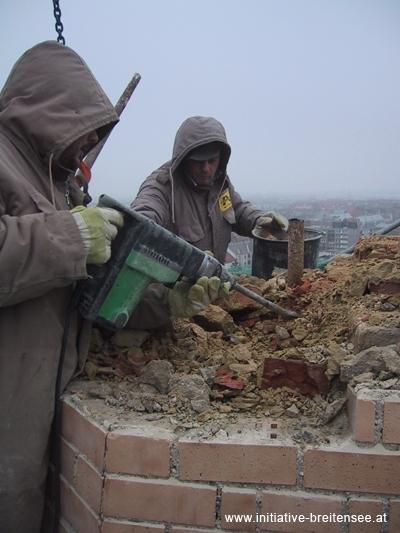 Arbeiter eund 60 Meter über dem Boden: Der oberste Teil des Turmhelms musste abgetragen werden (Foto: Baier)