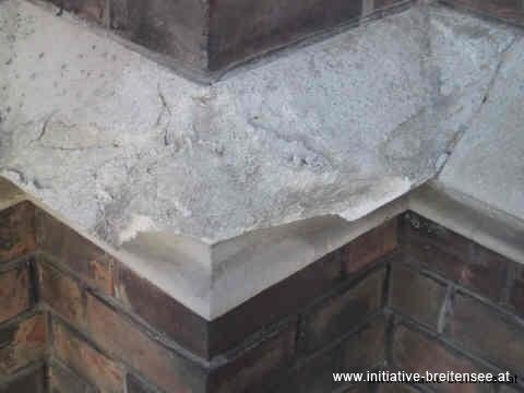 Besonders exponiert: die Ecken der Kaffgesimse. Nach einem heftigen Platzregen im Sommer 2002 stürzten Sandsteinteile ab. (Foto: Baier)