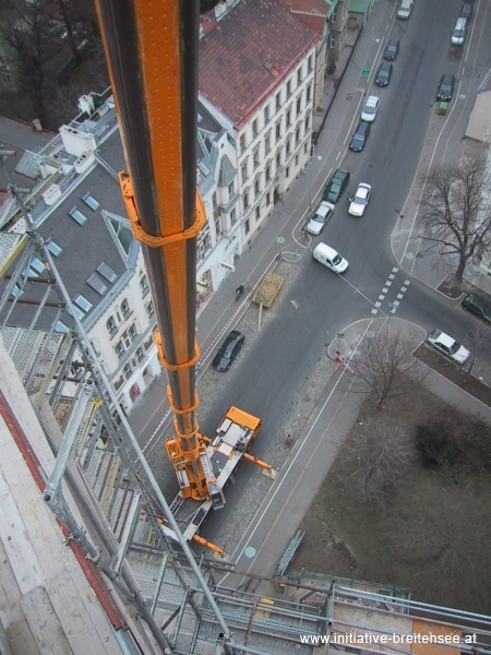 Bergung der Sandsteinspitze mit Hilfe eines 130-Tonnen-Mobilkrans (Foto: Baier)