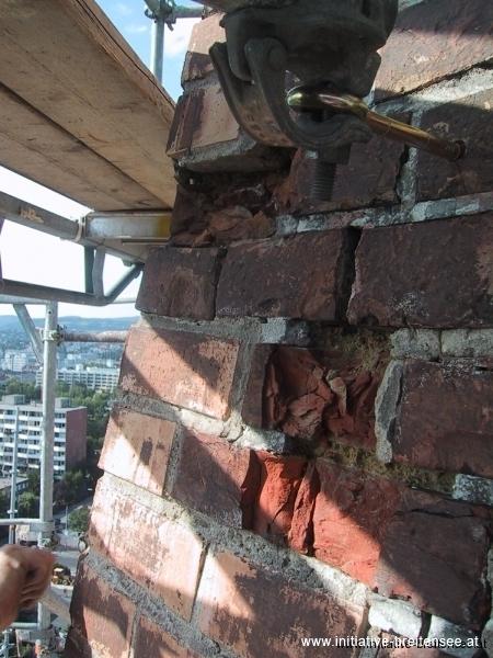 Das Ziegelmauerwerk im Helmbereich wies erhebliche Schäden auf, bereichsweise war der ganze Ziegelverband zerstört. (Foto: Baier)