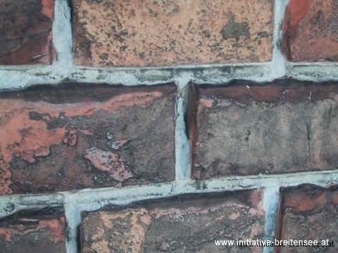Grundproblem: die zu harte Zementverfugung aus den 1970er Jahren (Foto: Baier)